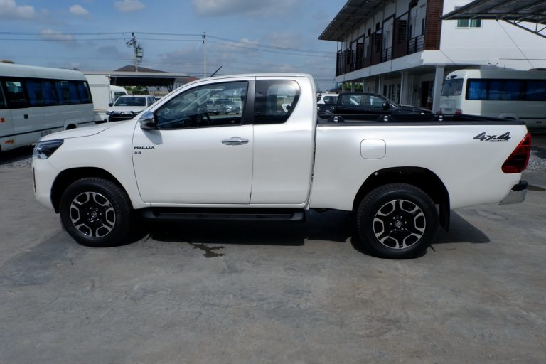 NEW REVO SMART CAB 2.8 HIGH 4x4 MANUAL - WHITE PEARL
